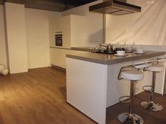 ontwerp keuken; keuken schiereiland, afzuigkap bij de bar, bar aan zijkant gesloten