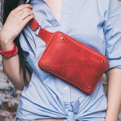 Сумка поясная DropBag ТМ Вlanknote (алая) - Подарки Онлайн Leather Fanny Pack, Leather Belt Bag, Leather Purses, Leather Wallet, Thigh Bag, Leather Bags Handmade, Handbag Accessories, Fashion Bags, Purses And Bags
