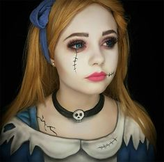 Kreative Halloween Make-up Ideen: Zombie Alice Halloween Make-up Maquillage Disney Pour Halloween, Disney Halloween Makeup, Alice Halloween, Disney Makeup, Halloween Makeup Looks, Doll Make Up Halloween, Scary Halloween, Broken Doll Halloween, Halloween Costumes