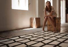Bestel nu | Het patroon op het vloerkleed is een modern en eigentijds design. PAD  is een handgeknoopt tapijt vervaardigd van Nieuw-Zeeland wol en wordt geleverd in 2 kleuren: Ivory en Khaki.  Dit vloerkleed met haar fraaie klassieke belijning komt goed t -