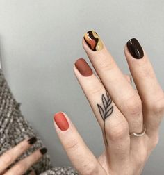 Finger tattoos are not as obvious as tiger& mouth or exaggerated as other tattoo parts. Like some couples or girls, finger tattoos give people a fresh and Mini Tattoos, Leaf Tattoos, Body Art Tattoos, Small Tattoos, Sleeve Tattoos, Minimalist Nails, Cute Finger Tattoos, Cute Tattoos, Finger Tats
