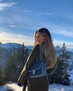 Winter Instagram, Instagram Pose, Adidas Instagram, Estilo Gossip Girl, Poses Photo, Images Esthétiques, Look Girl, Insta Pictures, Insta Photo Ideas