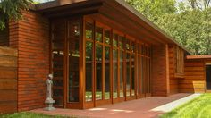A small home with a rich history: Usonian homes are a true American original! And we have one colorful character to thank for: Frank Lloyd Wright. Tiny House Design, Modern House Design, Frank Loyd Wright Houses, Residential Architecture, Architecture Design, Usonian House, Ranch Style Homes, Minimalist Home, Home Decor