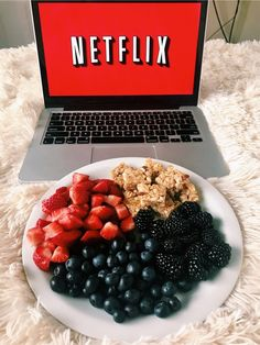 food netflix fruit relaxation snacks is part of Healthy recipes - Healthy Snacks, Healthy Eating, Healthy Recipes, Protein Dinner, Tasty, Yummy Food, Food Goals, Aesthetic Food, Aesthetic Green