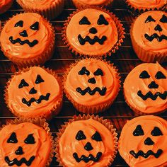 Jack-o'-lantern Halloween Cupcakes- Recipe and how to make these pumpkin spice cupcakes. Dimples cupcakes by Sweet Sara J. Halloween Desserts, Comida De Halloween Ideas, Soirée Halloween, Halloween Torte, Postres Halloween, Halloween Baking, Halloween Goodies, Halloween Food For Party, Halloween Birthday