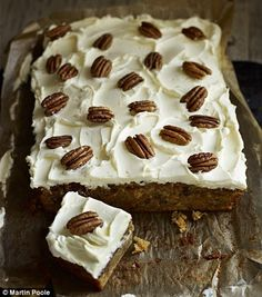 Carrot cake tray bake, best recipe ever Tray Bake Recipes, Baking Recipes, Cake Recipes, Dessert Recipes, Baking Ideas, Veggie Recipes, Köstliche Desserts, Delicious Desserts, Yummy Food