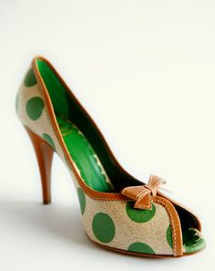 green polka-dot heels with peep toe Cute Shoes, Me Too Shoes, Polka Dot Heels, Polka Dots, Zapatos Shoes, Look Retro, Chic Chic, Shoe Gallery, Pumps