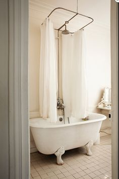 Charmant Centered Shower Curtain Rod For Original Claw Foot Tub In An Apartment In  Paris