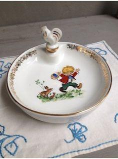 Non seulement cette assiette à bouillie est belle, mais elle est également très pratique pour garder le repas de bébé à la bonne température, grâce à son réservoir rempli d'eau chaude .  Elle est en porcelaine de Limoges et en parfait état !  Bébé aura hâte de voir apparaitre les petits lapins au fond de l'assiette !!!