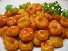 Adana'dan Sarımsaklı Köfte Malzemeler: Köfte Hamuru için 2 su bardağı İnce Bulgur 5 yemek kaşığı un 1+ 2/3 su bardağı su 2 tatlı kaşığı tuz Sarımsaklı sos için 10 diş sarımsak (ezilmiş)(ben 2 diş sarımsak kullandım ) 7,5 yemek kaşığı zeytinyağı 1 yemek kaşığı salça 2 tatlı kaşığı toz kırmızı biber köftenin üzerini süslemek için 1 demet maydanoz(isteğe bağlı)