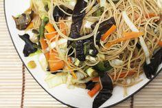 Rýžové nudle se zeleninou a houbou jsou moc fajn, pokud nemáte chuť na maso ani velké vyváření. Použít se dá skoro jakákoliv zelenina a tu typickou chuť dostanou díky sojové omáčce, kterou můžeme mít vždycky po ruce. Co potřebujeme (na…Čtěte dále ›