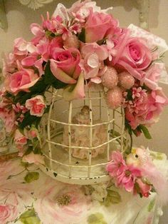 Bird cage with shabby pink roses! Shabby Chic Vintage, Shabby Chic Style, Shabby Chic Decor, Vintage Birdcage, Deco Floral, Floral Design, Pretty In Pink, Beautiful Flowers, Beautiful Life
