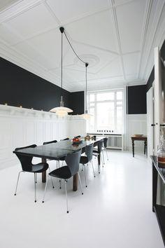 Det franske langbord er fra Antik-Pakhuset, og bordet har fået en makeover med en stor spand sort maling til at matche 'Syver'-stolene, der omkranser bordet. Over bordet hænger de to lette PH-glaspendler.