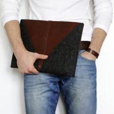 """MacBook Air 13, MacBook Pro Retina 13 Tasche by TheNavis  Diese MacBook Tasche aus der Kollektion """"Rough Edge"""" wurde individuell aus feinstem, pflanzlich gegerbtem Leder und hochklassigem Wollfilz kreiert und handgefertigt. Die Tasche bietet garantierten Schutz für Ihr bestes neues 13 Zoll MacBook Air bzw. MacBook Pro mit Retina Display. Original Design von: © 2012 Roma & Alona - TheNavis"""