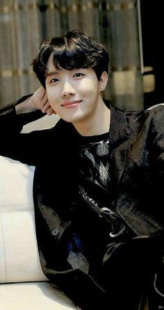 Imagine him looking at u with that cute smile 😍😍😍 like ahhhhh I can't take it ! Jung Hoseok, Jimin Jungkook, Foto Bts, Jhope Lindo, Memes Bts Español, J Hope Tumblr, Jhope Cute, J Hope Dance, Bts J Hope