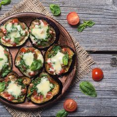 Craquez pour la recette de Bruschetta aubergine et mozzarella. Une recette originale et facile à réaliser.