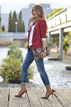 Photo Burgundy blazer + jeans jeans and blazer outfit woman - Woman Jeans Blazer Jeans, Outfit Jeans, Look Blazer, Casual Business Look, Business Outfit, Business Casual Outfits, Burgundy Blazer, Burgundy Outfit, Blazer Fashion