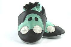 """Ce modèle de chaussons en cuir souple saura ravir vos petits bolides déjà fans de voitures!         Avec leur semelle en suède antidérapante, ces chaussons sont parfaits pour les premiers essais de bébé à """"quatre-pattes"""", en position debout, et ses premiers pas."""
