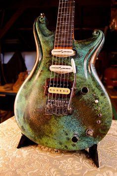 Une très belle photo de la Santa Cruz Fathom par le luthier Paul Walker. Retrouvez des cours de guitare d'un nouveau genre sur MyMusicTeacher.fr