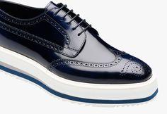 Zapatos con lazada de piel de becerro peinada Puntera con detalles perforados Suela de goma blanca con bandas de colores