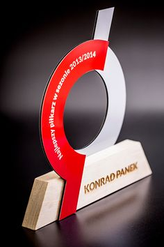 Statuetka dla najlepszego piłkarza w sezonie 2013/2014. Wykonana z drewna, został użyty nowoczesny dibond w kolorze czerwonym i srebrnym.