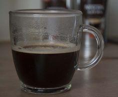 """""""Mała czarna"""" espresso czy w dużym kubu kawa americano. Jakąkolwiek by się nie wybrało obie są wyborne w smaku, mają wspaniały aromat świeżo zmielonej kawy. Mając kawę Nescafe Azera espresso czy americano w swoim domu można poczuć się jak barista przyrządzając sobie szybko kawkę bez potrzeby posiadania profesjonalnego sprzętu."""