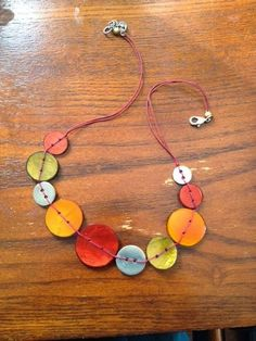 Button Floozies: It's a Small Button World More Mais Kids Jewelry, Jewelry Crafts, Jewelry Making, Button Necklace, Diy Necklace, Button Jewellery, Necklaces, Jewellery Box, Diy Buttons