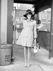 映画『悪魔のような恋人』(1969)でのアンナ・カリーナ。ヘッドバンドとビッグウォッチをアクセントにしたスポーティ&リッチなサマースタイルは、シンプルなノースリーブワンピ1枚でもおしゃれに着こなせるとい...