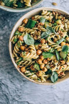 Pasta salad #vegan with zucchini, greens and roasted chickpeas #salad #pasta | TheAwesomeGreen.com #Vegetariancooking #vegetarianrecipes