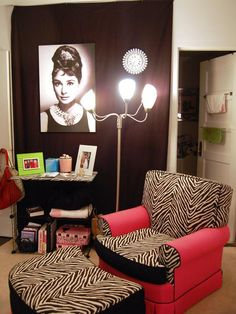 Since most dorm rooms don't allow students to paint the walls, here's a creative alternative to use a blanket to add color with artwork.