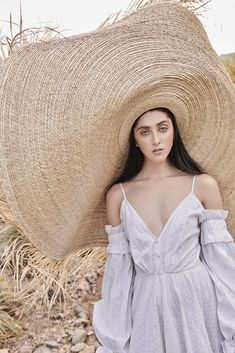 The Olmos y Flores Palapa hat. Older Women Fashion, Girl Fashion, Womens Fashion, Fashion Hats, Fashion Ideas, Fashion Moda, 50 Fashion, Fashion 2018, Popular Hats