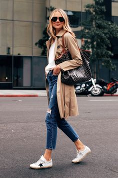Trench coat season is here again and what better way is there to keep the light rain and early fall breeze away. Have a look at these trench coats that are perfect for winter and fall fashion. 30 Outfits, Fashion Outfits, Nice Outfits, Capsule Wardrobe, Casual Chic, Casual Jeans, Trenchcoat Style, Pijamas Women, Trench Coat Outfit