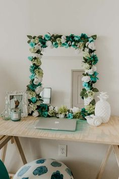 An easy tutorial for a DIY flower mirror. Take an old mirror and make it gorgeou., easy tutorial for a DIY flower mirror. Take an old mirror and make it gorgeou. Flower Mirror, Flower Frame, Diy Floral Mirror, Mirror Ornaments, Cute Dorm Rooms, Easy Home Decor, Easy Diy Room Decor, Diy Flowers, Paper Flowers