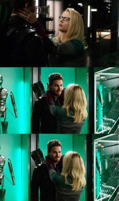Felicity Smoak loves touching her husband's face. The Cw Shows, Dc Tv Shows, Team Arrow, Arrow Tv, Arrow Oliver And Felicity, Felicity Smoak, Dc Comics, Arrow Memes, Dinah Laurel Lance