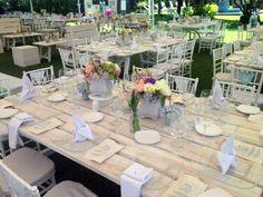 Boda campirana vintage con mesas de madera blancas wash a tablones...Mon by W!!