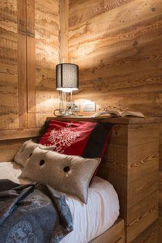 Casa Fiorita è più di un'abitazione. E' la scenografia dei ricordi d'infanzia del suo proprietario che a noi si è rivolto per rinnovarne l'aspetto e migliorarne la funzionalità, nel rispetto della familiarità degli ambienti. Il progetto di ristrutturazione, così come i lavori, ha progressivamente stravolto l'aspetto spartano degli spazi originari conservando, e rinnovando al tempo… Cabin Homes, Log Homes, Interior Design Inspiration, Home Interior Design, Mountain Bedroom, Montana Homes, Piece A Vivre, Cozy Place, Country Decor