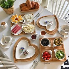 Romantic dining table – Home Decorating Breakfast Table Setting, Breakfast Platter, Breakfast Presentation, Food Presentation, Romantic Breakfast, Breakfast Time, Food Design, Brunch Mesa, Healthy Recipes