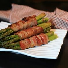 Bacon-Wrapped Sriracha Asparagus Pan Fried Asparagus, Ways To Cook Asparagus, Easy Asparagus Recipes, Asparagus Dishes, Asparagus Bacon, Fresh Asparagus, Healthy Grilling Recipes, Grilled Steak Recipes, Potato Vegetable