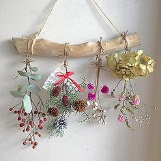 ドライフラワー流木ガーランド(ドライフラワー)が通販できます。白木の流木が美しいガーランドを作りました*・゜゜・*:.。..。.:*・'(*゜▽゜*)'・*:.。..。.:*・゜゜・*すべてナチュラルな素材で雰囲気を柔らかくしてくれます。クリスマスにリビングや玄関に飾って癒されてみませんか╰(*´︶`*)╯♡素人のハンドメイドの作品になります。♪流木の長さ約30㎝スワッグの長さ約18〜25㎝麻紐の長さ約20㎝♪材料ブルーアイズ、かすみ草紫陽花、ミント、ユーカリローズヒップナンキンハゼセンニチコウドライフラワーは繊細な為、配送中の花や葉の不具合の可能性があります。ご理解いただける方のご購入をお願いします。梱包用の箱や緩衝材はリサイクルのものを使用させていただきます。家にペット、喫煙者はおりません。他のサイトで売れた場合、削除させて頂きます。丁寧に迅速な対応を心がけています。よろしくお願いします(╹◡╹) Dried Flower Arrangements, Dried Flowers, Diy Home Crafts, Cute Crafts, Diy Wall Art, Diy Wall Decor, House Plants Decor, Flower Frame, Flower Crafts