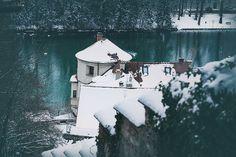 Ein schneebedecktes Dach in Landsberg am Lech