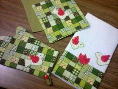 Kit de Cozinha - padrão patch verde: pano de prato, luva térmica e pega-panelas.