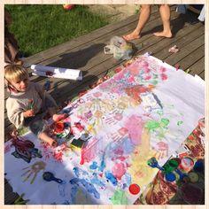 Las artes plásticas son una buena herramienta para estimular el desarrollo de la creatividad infantil. A través de sus dibujos, los niños expresan sus deseos, emociones o temores. También plasman sus fantasías. Con estas actividades, los niños crean sus propias obras, imaginan algo y lo materializan sobre un papel o en arcilla. Este tipo de expresión artística contribuye al desarrollo de la psicomotricidad fina de los niños y de su inteligencia. Necesitas pintura a dedo, papel gigante y...