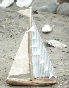 These driftwood DIY projects are creative and fun while giving your home decor refreshing feel. My favorite has to be the driftwood chalkboard! projects 18 Driftwood DIY Projects to Give Your Home that Beachy Feel Driftwood Projects, Driftwood Art, Painted Driftwood, Driftwood Ideas, Driftwood Candle Holders, Beach Crafts, Sail Boat Crafts, Diy Boat, Wood Turning