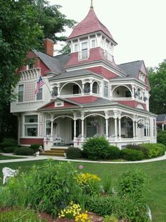 This is a really interesting Shingle Victorian! I like how there are so few flat, vertical surfaces. The curves add a lot of dimension.
