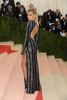 En robe brillante Tommy Hilfiger, Hailey Baldwin est sublime.