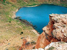 Mucur Obruk gölü/Kırşehir/// Göl seviyesine kadar olan derinlik yaklaşık 100 m, çapı ise 900 m civarındadır. Su derinliği yaklaşık 4-5 m olup, yer yer çok derin bölümlerin olduğu da bilinmektedir. Gölde aynalı ve kambur sazan ile kadife türünde balıklar yaşamaktadır.