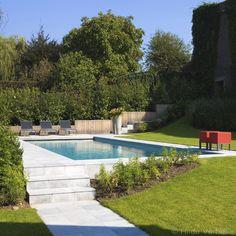 Buitenzwembad in tuin met hoogteverschillen, bouwkundig zwembad bekleed met liner | De Mooiste Zwembaden