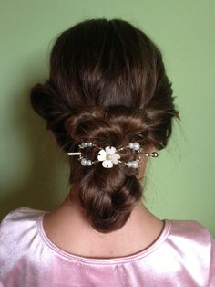 Feel like the belle of the ball with this double back pony hairstyle with an elegant white and gold flower flexi clip.