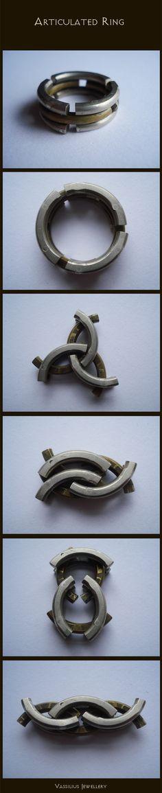 Bague articulée en argent 925 .L'anneau central est brossé et les deux anneaux extérieurs polis. Le tout est articulé.Réalisation de Vassilius
