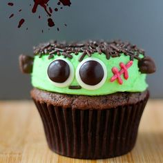 Adorable Frankenstein Cupcakes with M&M eyes and sprinkle hair! Perfect for Halloween! Halloween Cupcakes Decoration, Halloween Cupcakes Easy, Dessert Halloween, Halloween Party Treats, Easy Halloween, Halloween Baking, Haunted Halloween, Halloween Cakes, Holiday Treats